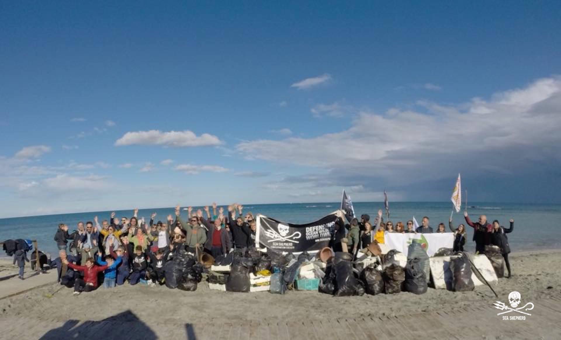 """I volontari di Sea Shepherd partecipano all'iniziativa """"Puliamo le spiagge del Salento"""""""