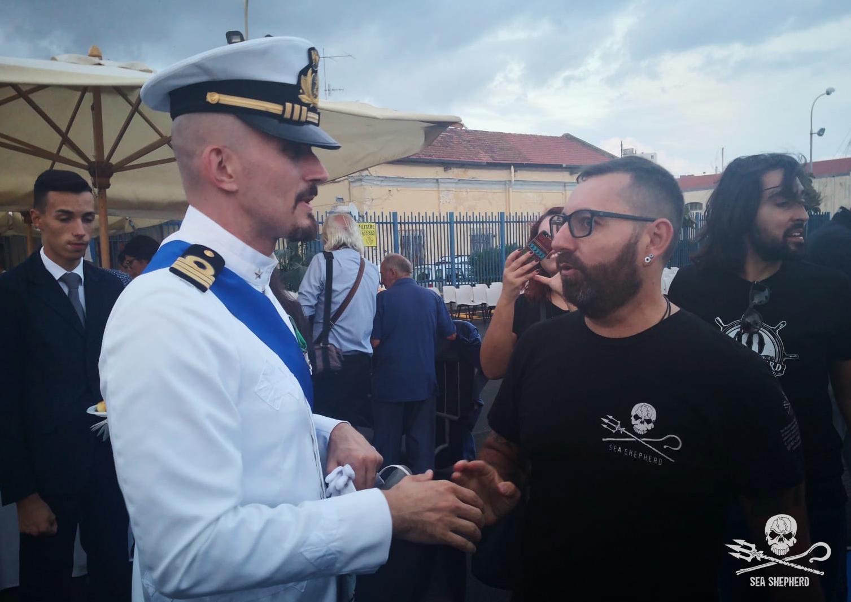 Il Comandante Comuzzi si appresta a ricevere il libro fotografico di Sea Shepherd
