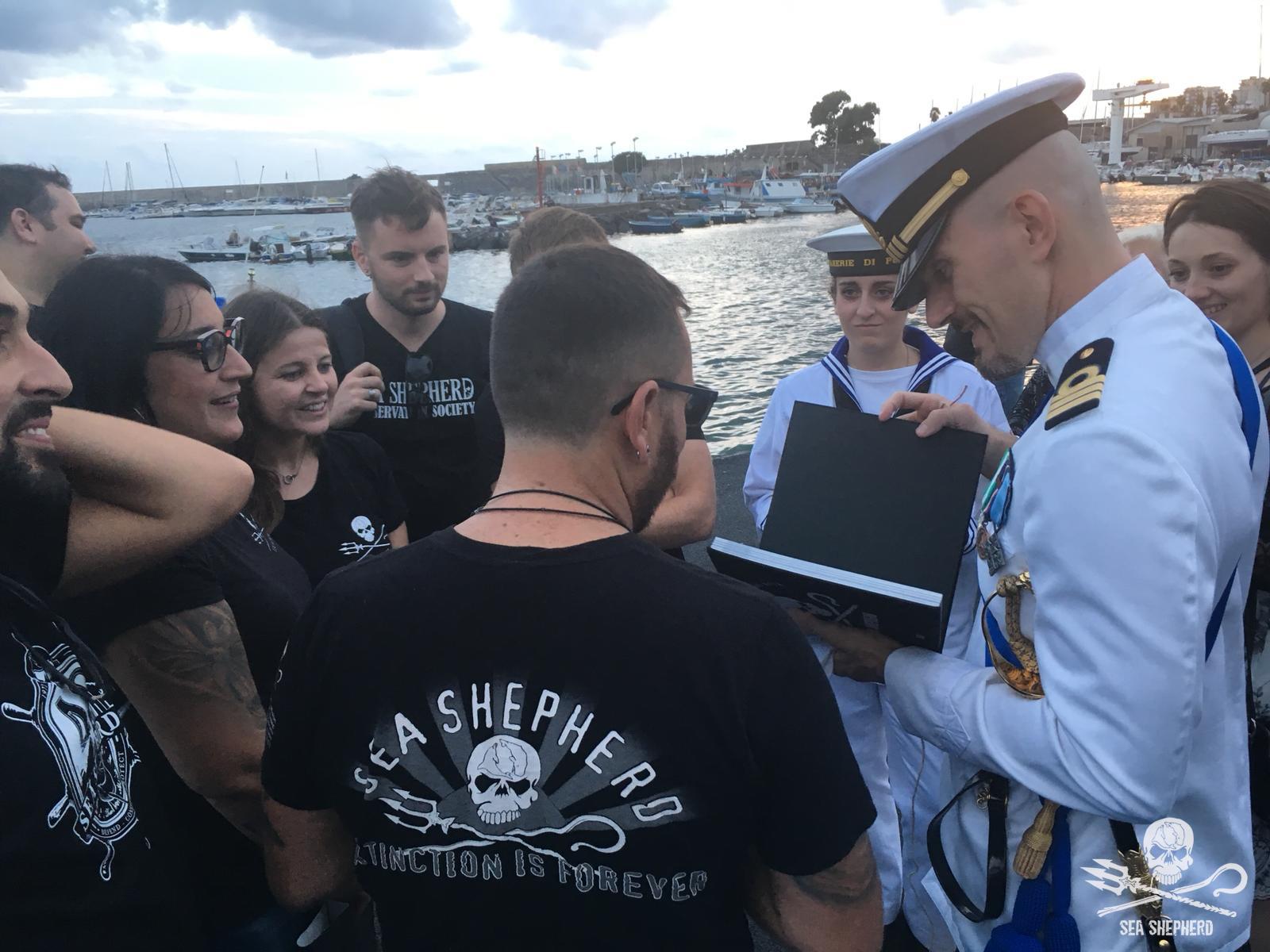 Una delegazione di Sea Shepherd Italia con il libro fotografico dei 40 anni dell'associazione