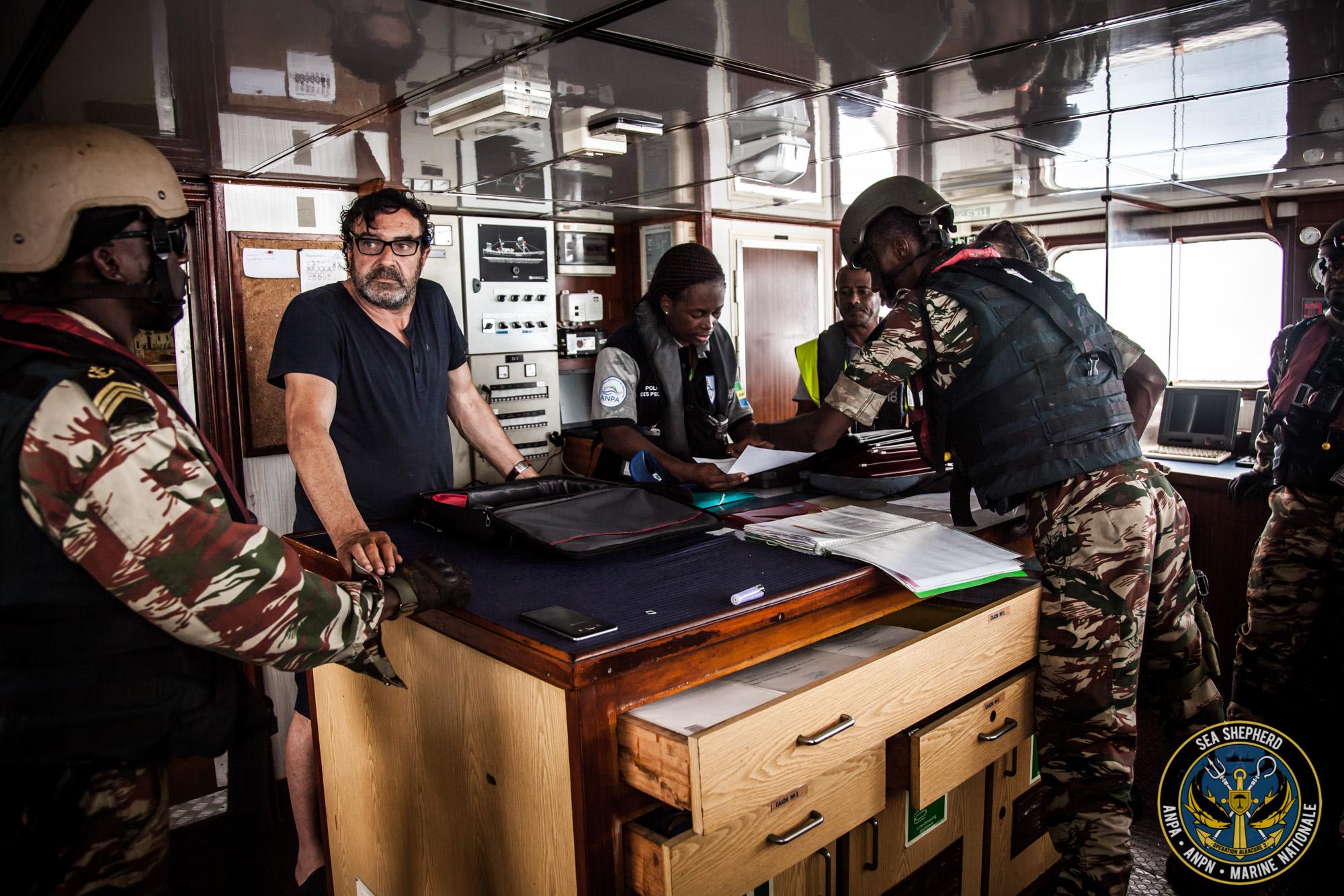 Forze dell'ordine gabonesi esaminano la documentazione